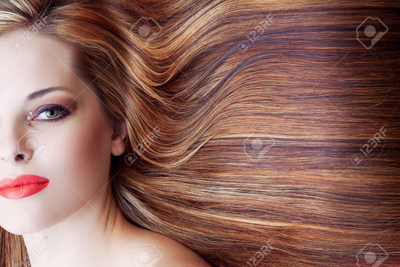 belle femme avec maquillage artistique et à long fond brun cheveux brillants Banque d'images - 14683801