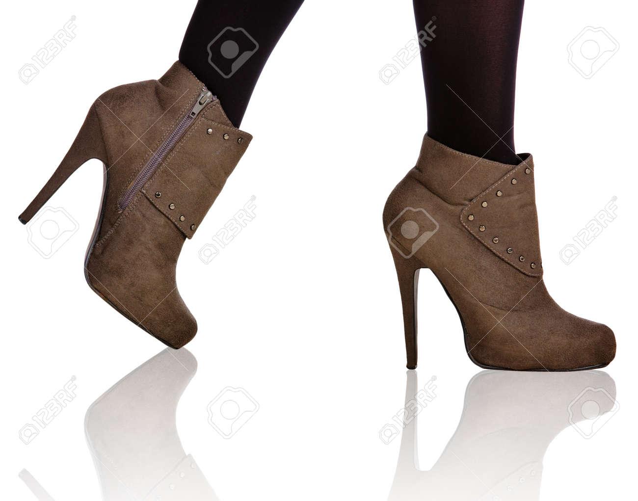 close-up de femme, les jambes en bas noirs portant des bottes en daim à talon haut sur Banque d'images - 13819998