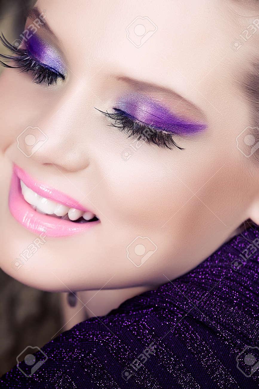 closeup portrait de femme souriante belle avec de longs cils et des paupières métalliques violettes pourpres Banque d'images - 14683774