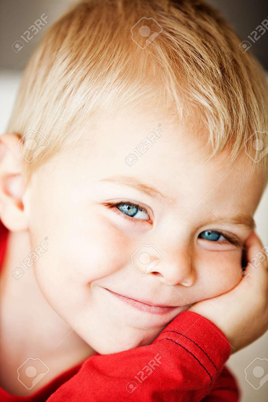 heureux tout-petit garçon mignon avec des yeux bleus et des cheveux blonds font faces - une faible profondeur de champ, se concentrer sur les yeux Banque d'images - 14683714