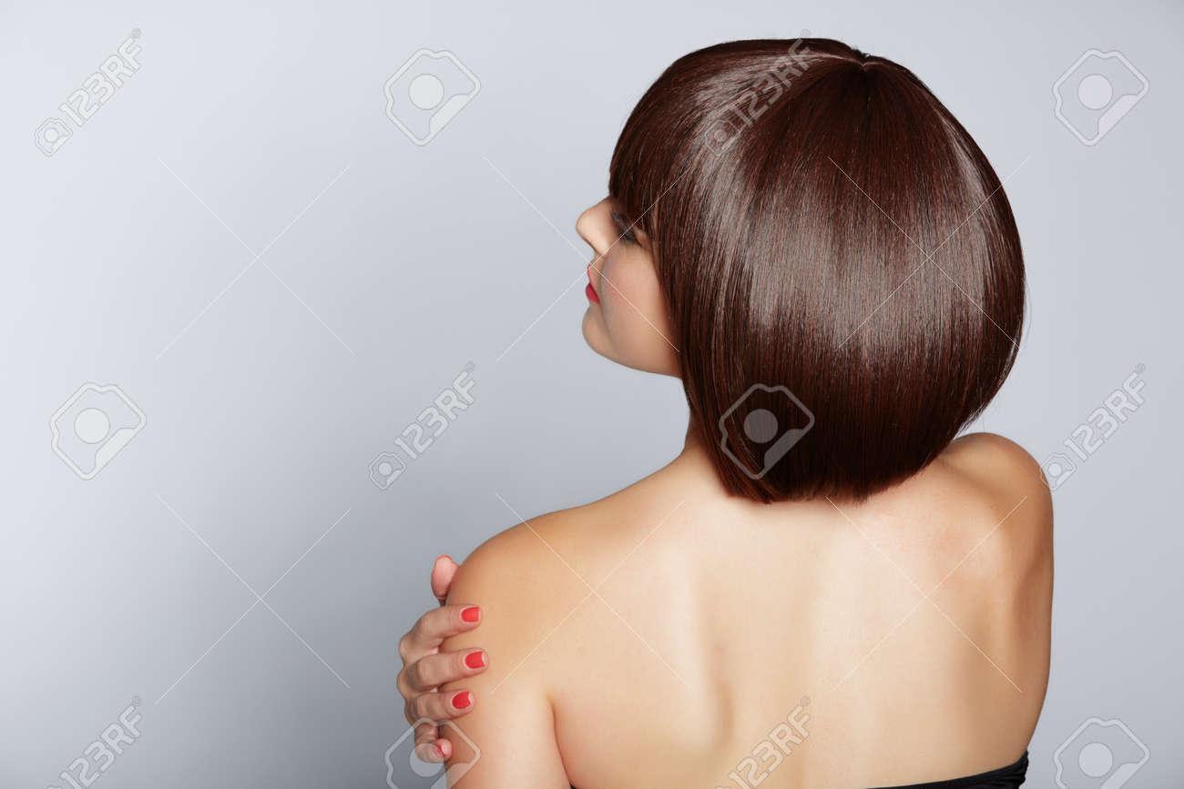 portrait d'une belle femme en bob à court brune avec les cheveux propres soignée sur fond de studio Banque d'images - 14692498