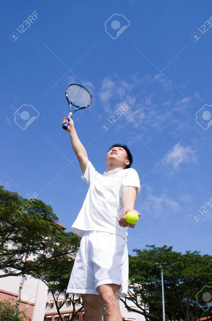 detailing 93751 7223a Un maschio asiatico tennista mazione è spento al campo da tennis, tennis da  indossare abiti bianchi.