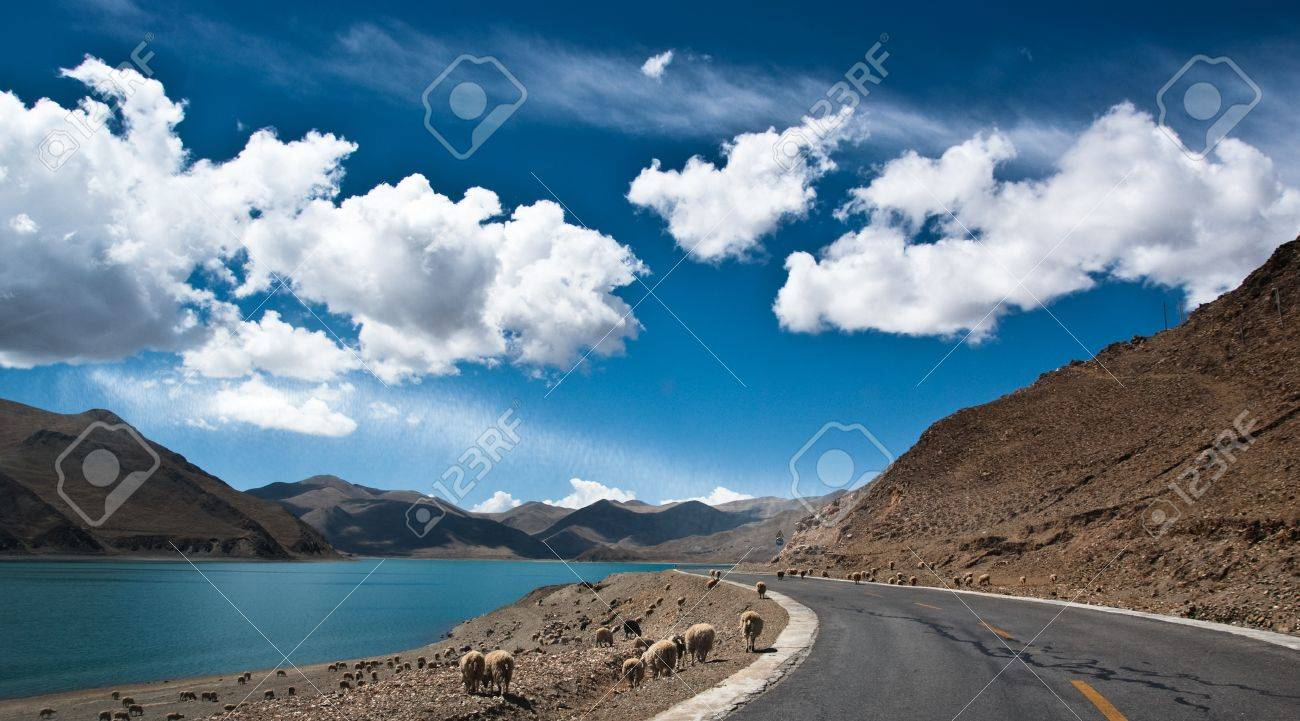 Blue lake with surrounding mountains in great tibet area - 7454715
