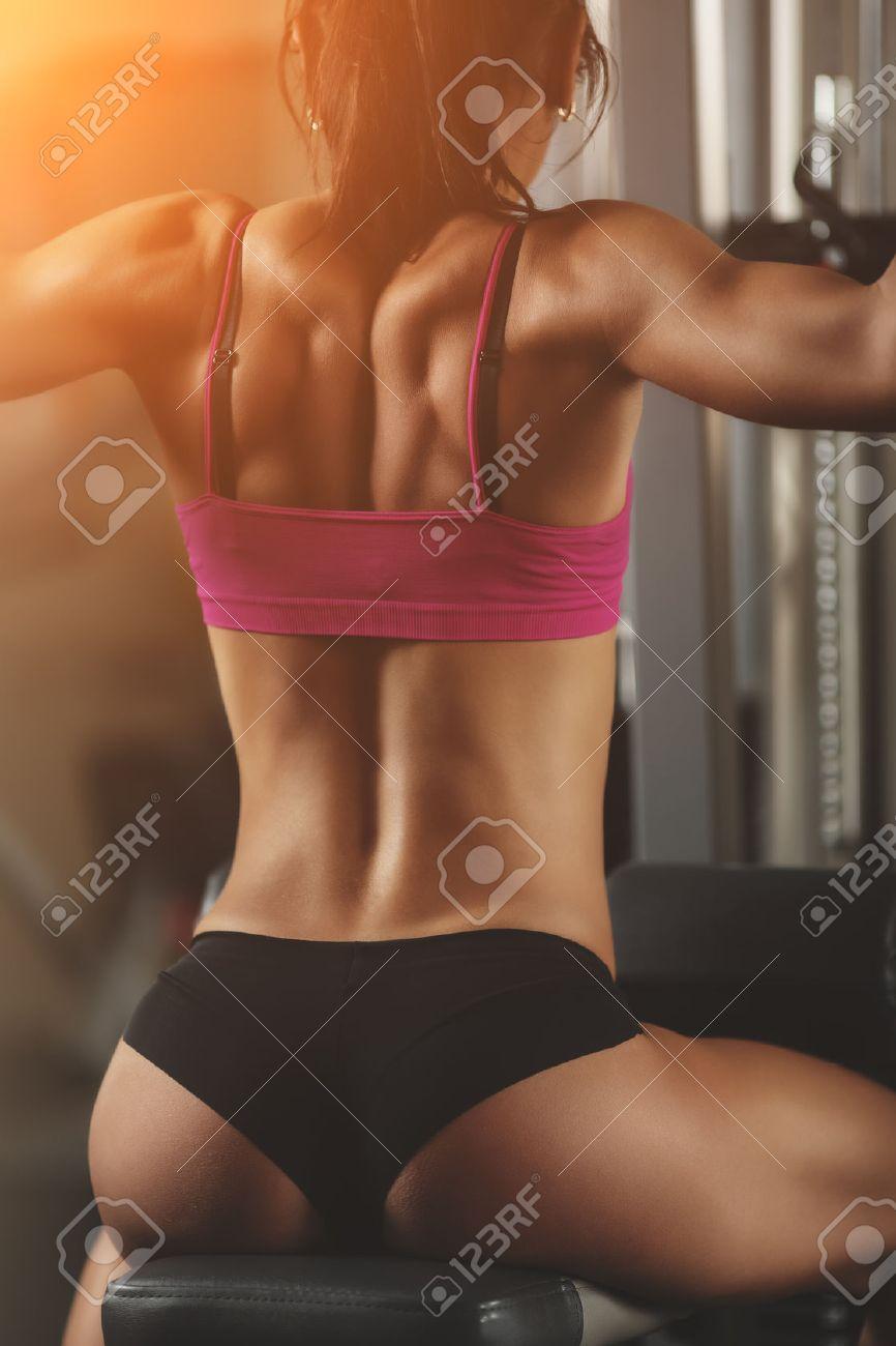 Fille Fitness Photo femme athlétique brutal pompage des muscles avec des haltères