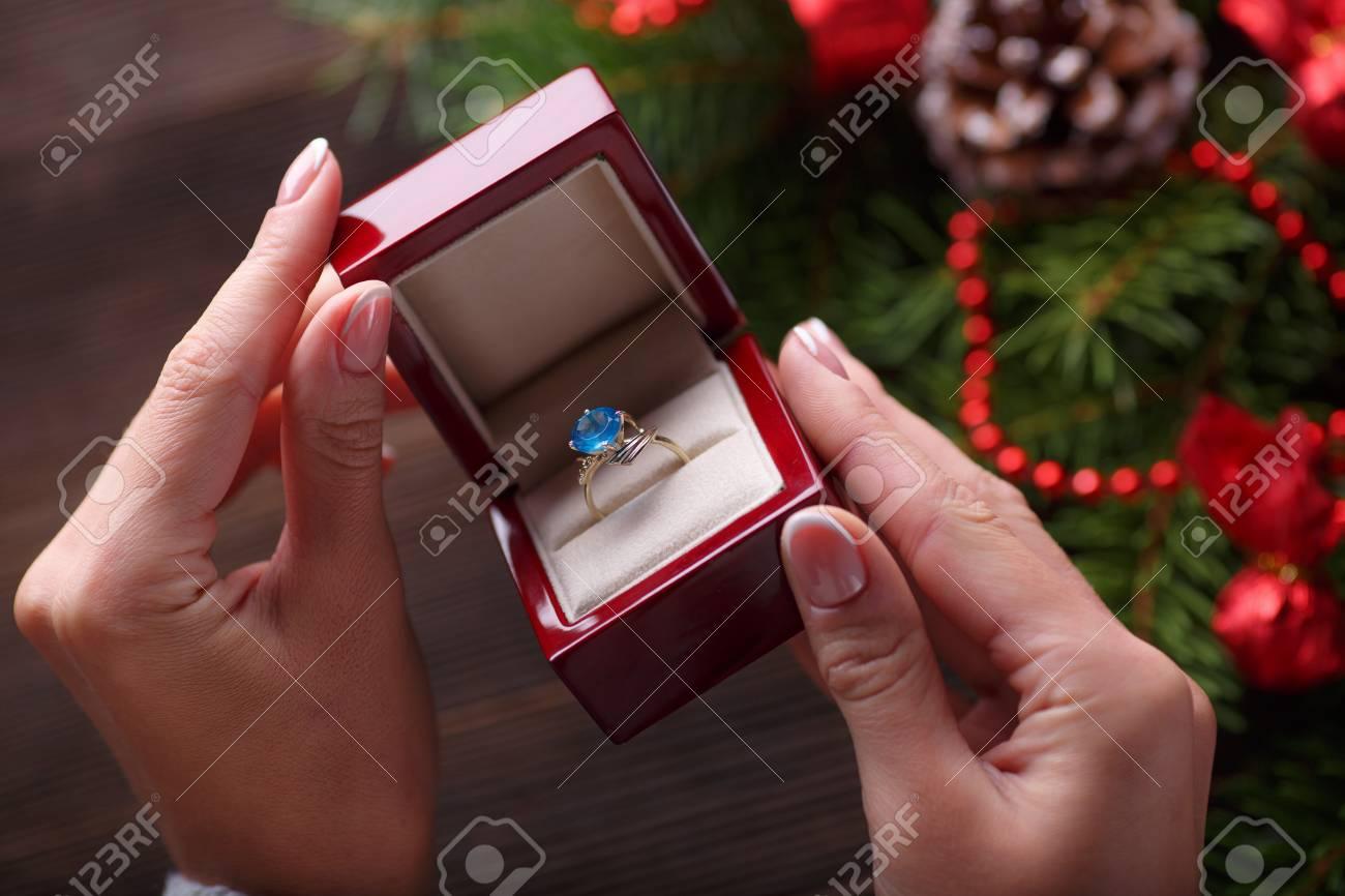 Weihnachten Hintergrund Verlobungsring In Der Weiblichen Handen