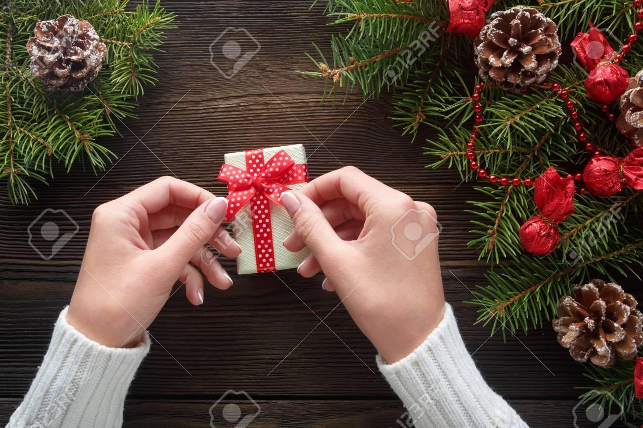 Schöne Weibliche Hände, Die Ein Weihnachtsgeschenk Im Kasten Mit ...