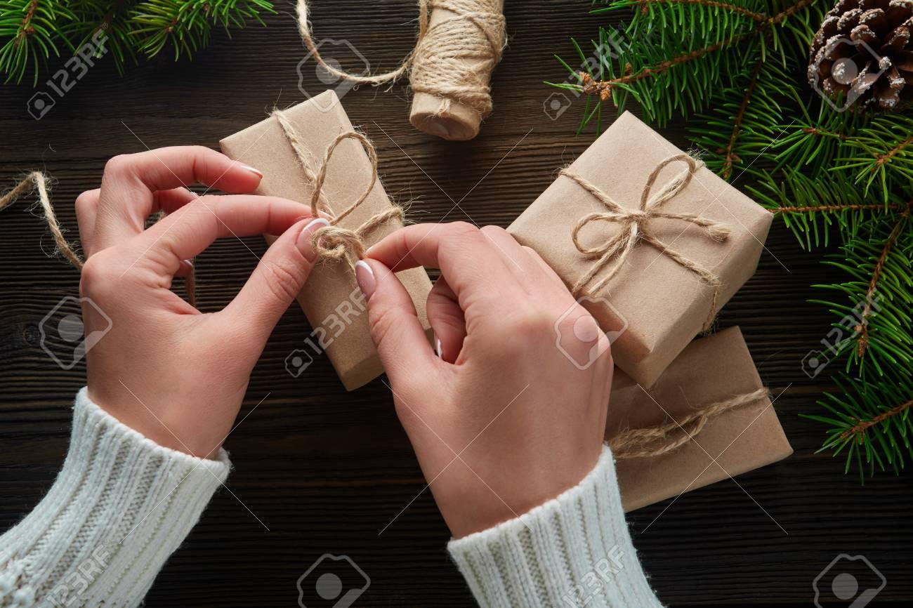 Schöne Weibliche Hände Verpackt Weihnachtsgeschenk In Braunes Papier ...