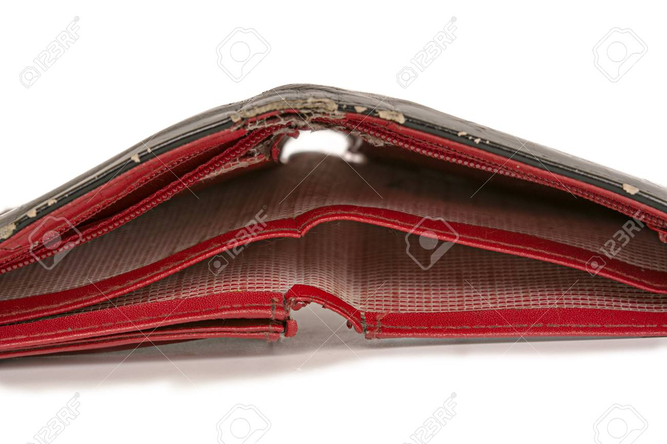 5a39a369411 Oude rode portemonnee geïsoleerd op een witte achtergrond Stockfoto -  83607406