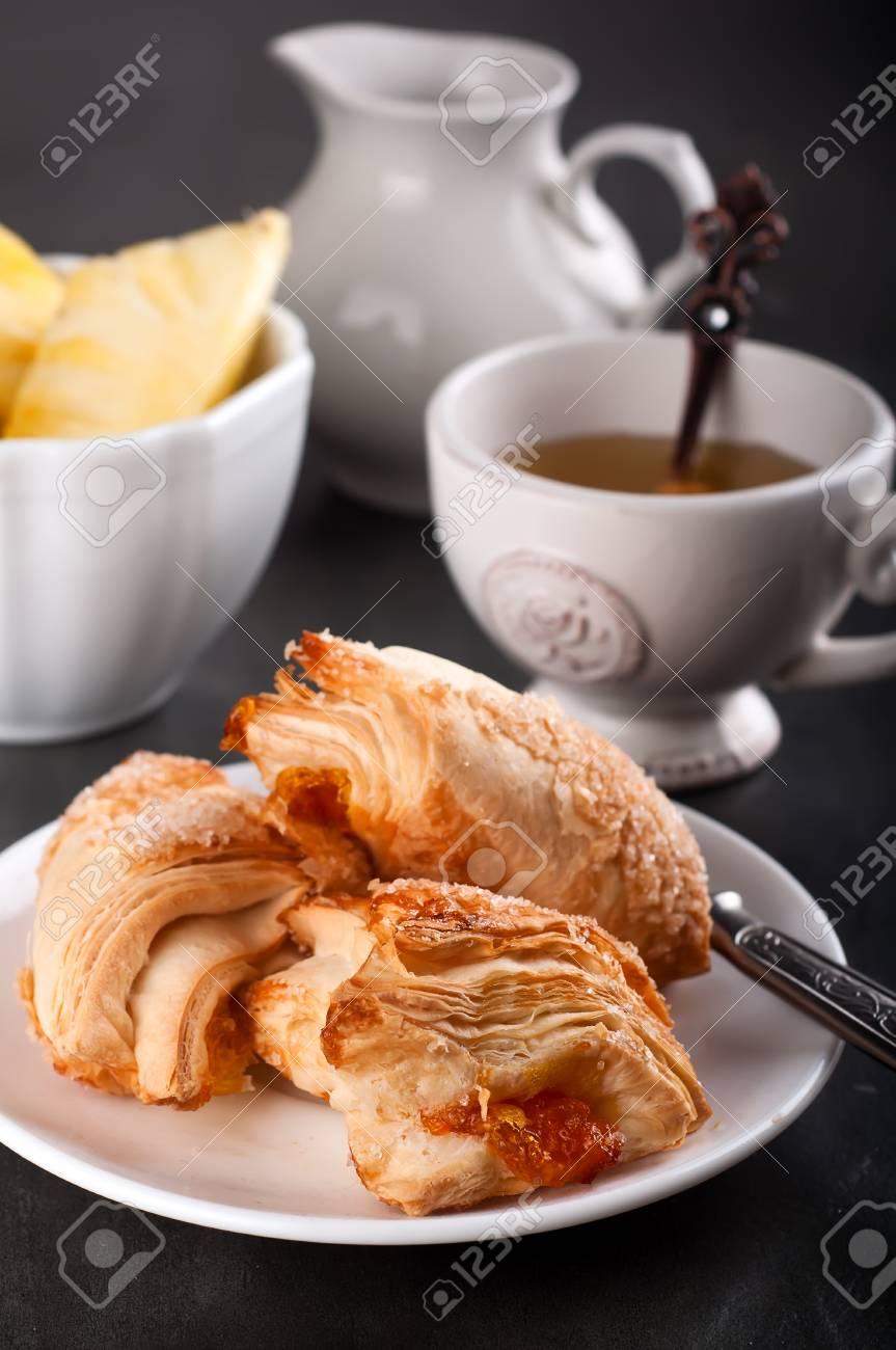 Pasta Fatta In Casa Con Arancio E Tazze Di Tè Verde Sul Vecchio