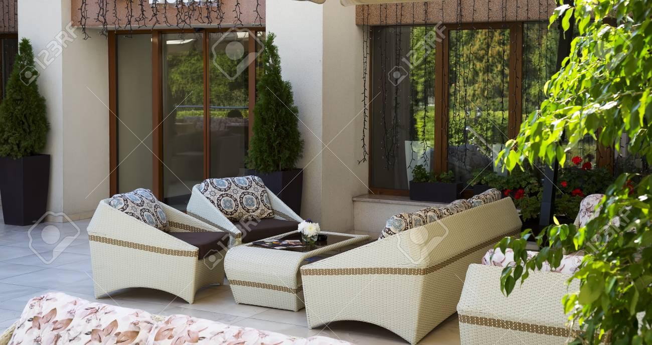 Conjunto De Muebles De Mimbre De Lujo En La Terraza Del Jardín De Verano Al Aire Libre Espacio Libre Mesa Y Sillas En Un Café Vacío Muebles De