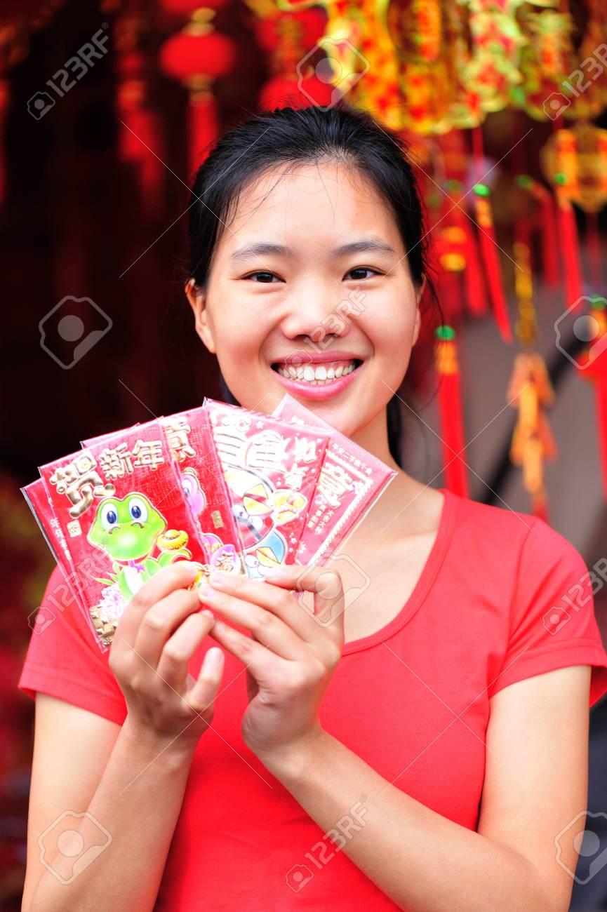 Junge Asiatische Frau Halten Rote Pakete, Die Ihnen Ein Glückliches ...
