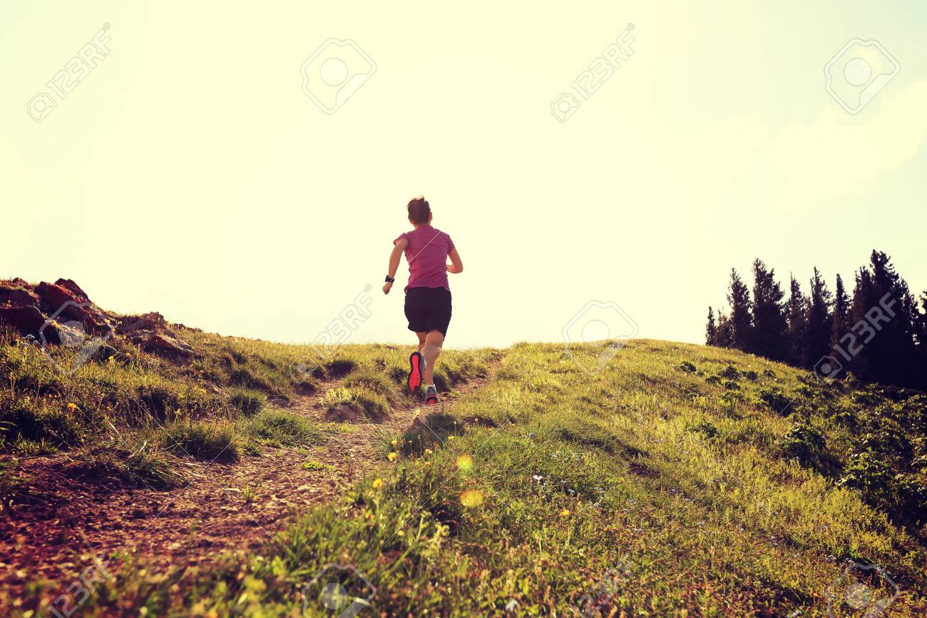 cd4129dd60d Joven Y Sana Mujer Trail Running En Pico De Montaña Fotos, Retratos ...