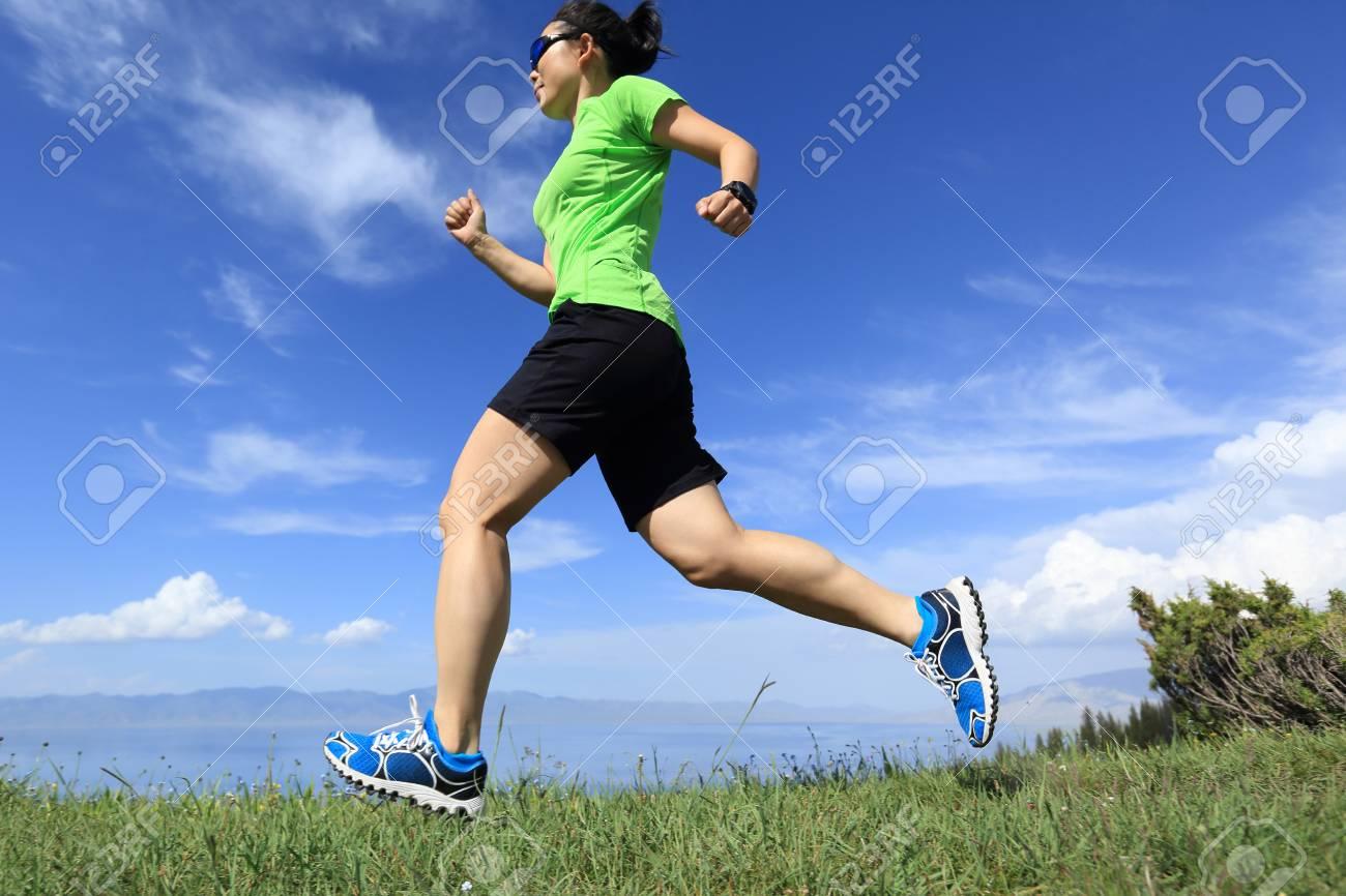 d80b3c18ec Banque d'images - Santé jeune sentier femme coureur course sur sommet de la  montagne