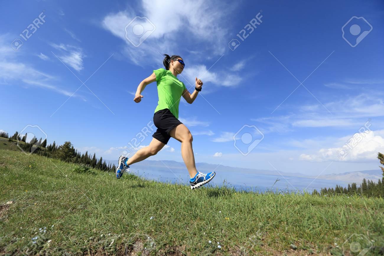 d2aedb35118 Foto de archivo - Sana joven corredor de trail mujer corriendo en hermoso  pico de montaña