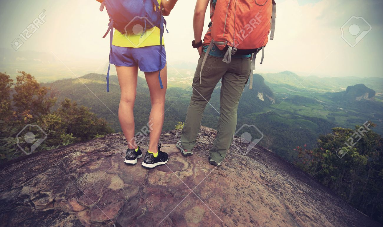 two backpackers hiking at mountain top enjoy the view Banque d'images - 75625280