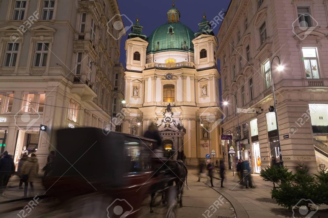 Viena Austria 20 De Diciembre De 2015 Iglesia Catolica De San Pedro En La Noche Un Caballo Y Un Carro Y Las Personas Pueden Ser Vistos