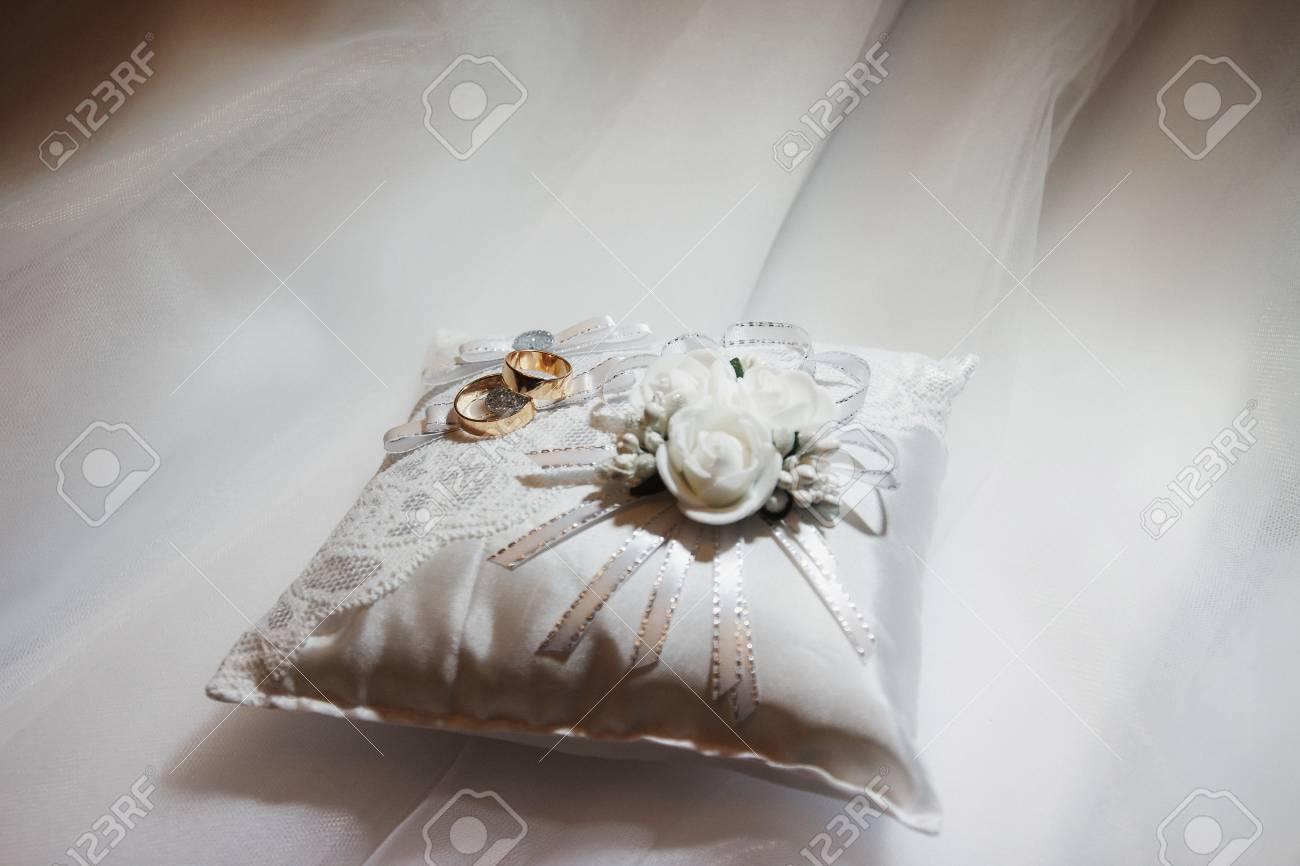 Hochzeit Goldene Ringe Auf Geschenk Weissen Kissen Lizenzfreie Fotos