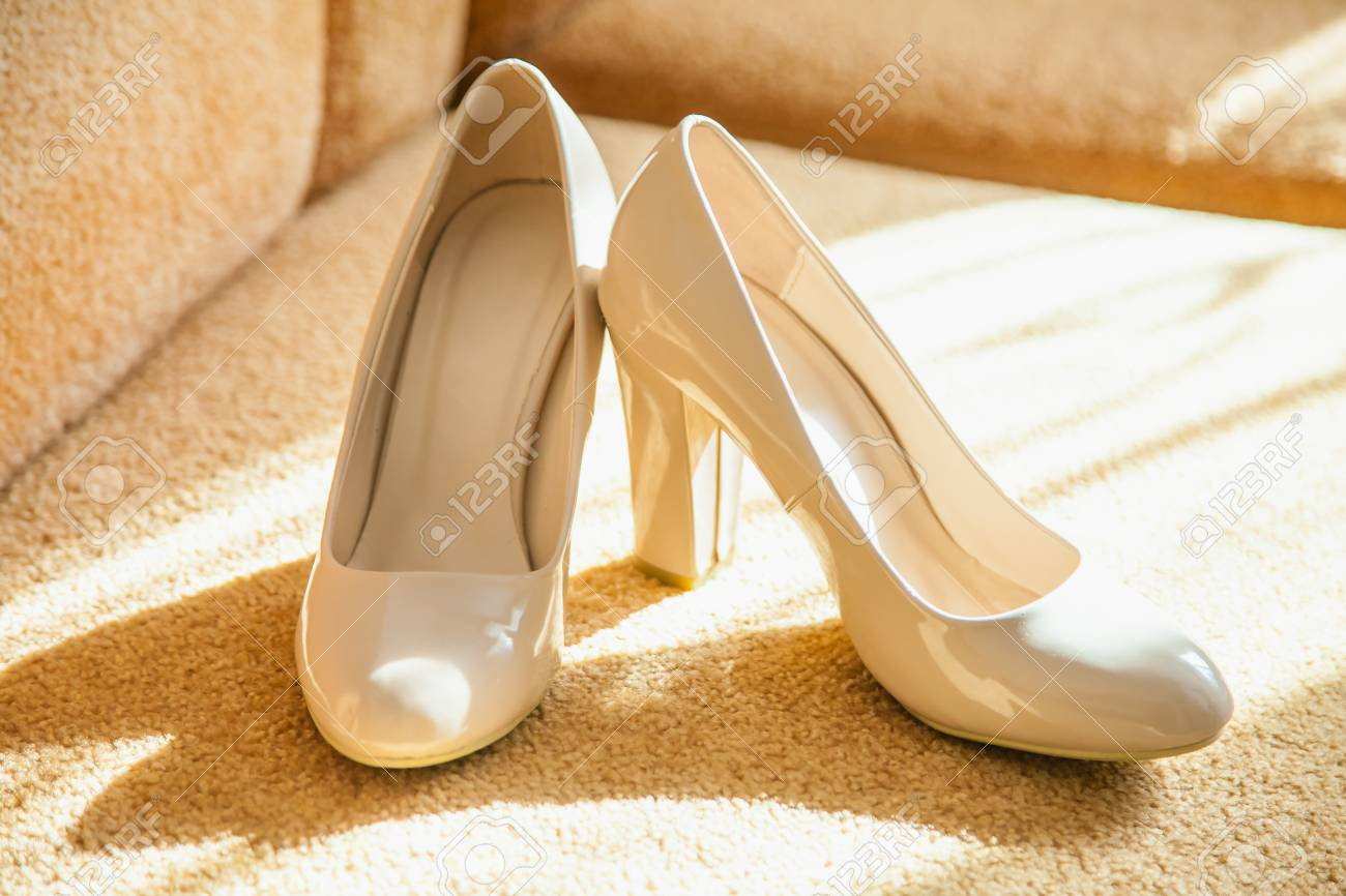 Schone Weisse Hochzeitsschuhe Fur Die Braut Lizenzfreie Fotos