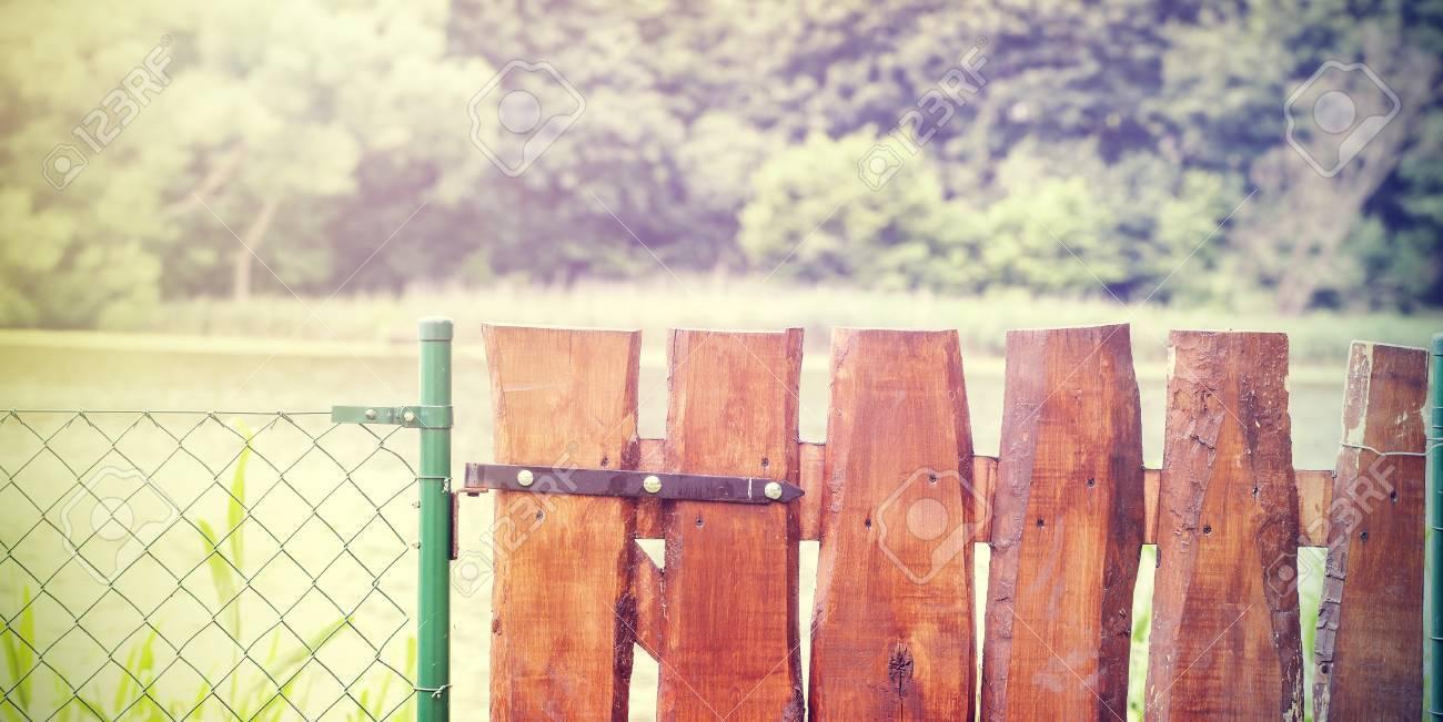 Retro Porte De Jardin En Bois Et Grillage. Banque D\'Images Et Photos ...