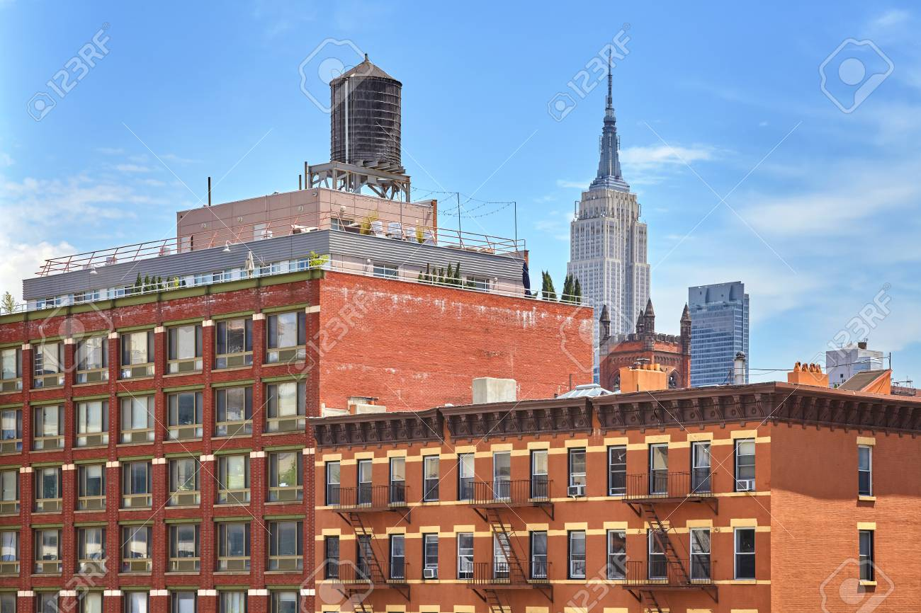 Rooftop Water Tank On A New York Apartment Building, USA. Stock Photo    80099172
