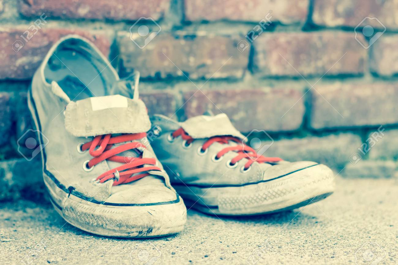 Clásicas De Apoyado Zapatillas Gastadas Deporte Viejas Par Contra WgRqUICCw