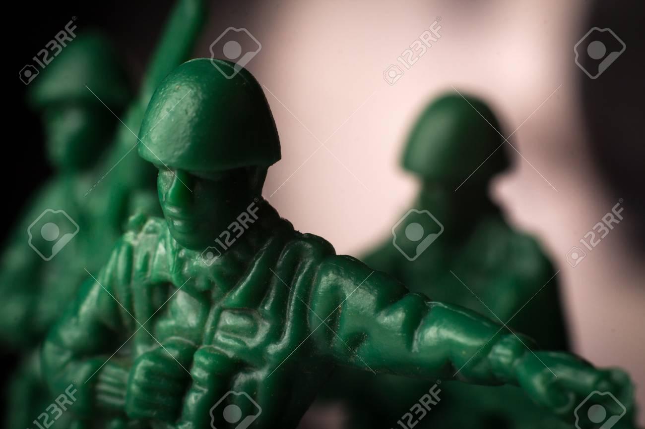 Grüner spielzeugsoldatausblick mit fernglas zeigt den weg