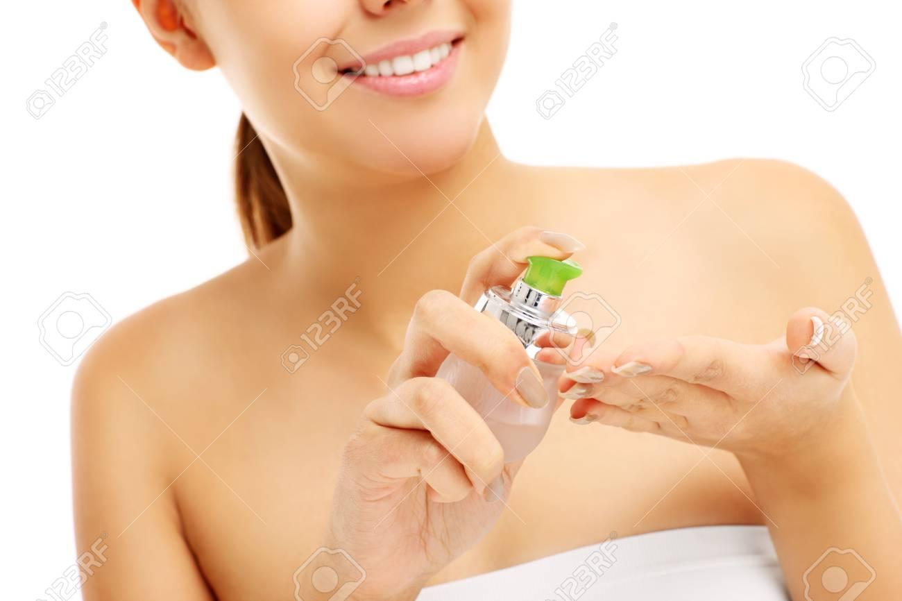 Ein Bild von einer schönen Frau, die Anwendung Balsam auf die Hände auf  weißem Hintergrund
