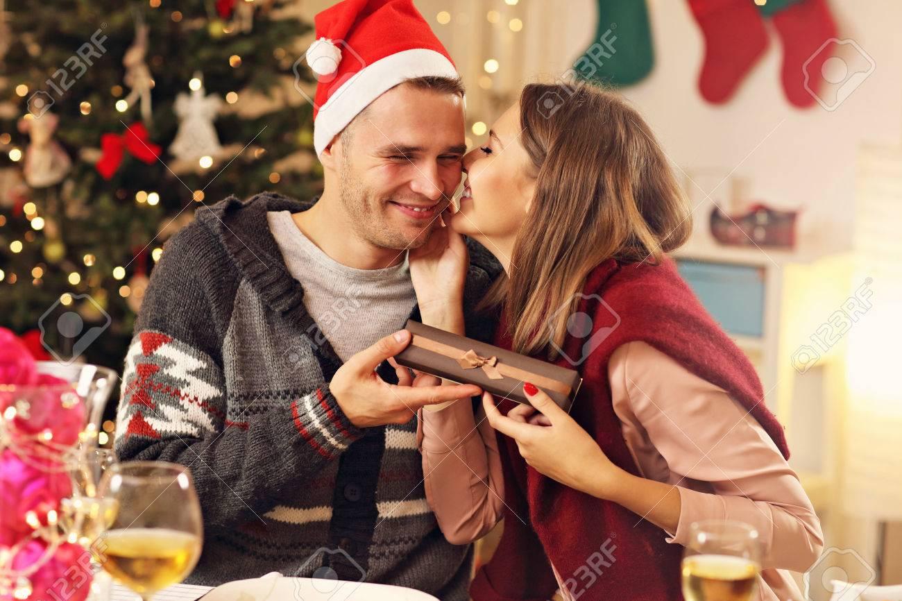 Bild Der Glücklichen Paare Mit Weihnachtsgeschenken Lizenzfreie ...