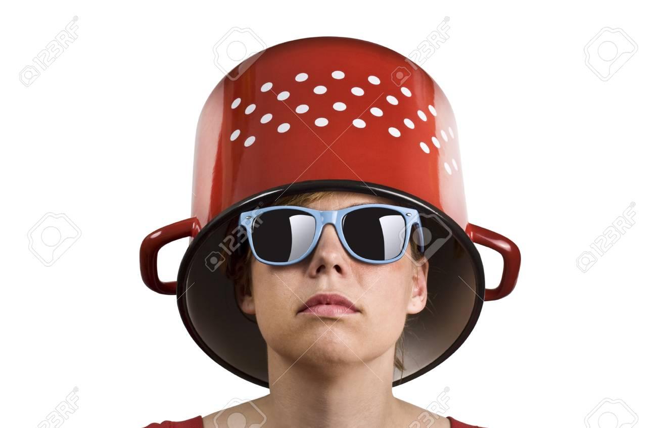b244e2e99fb503 Banque d images - Jeune femme avec des lunettes de soleil bleus et une  marmite rouge avec des points sur sa tête