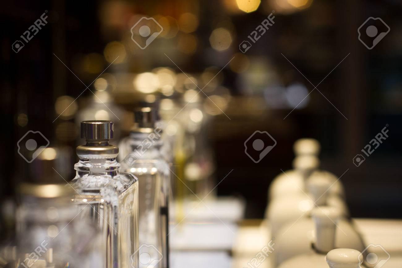 Vue En Perspective Des Cloches De Parfum En Céramique Blanche Et ...