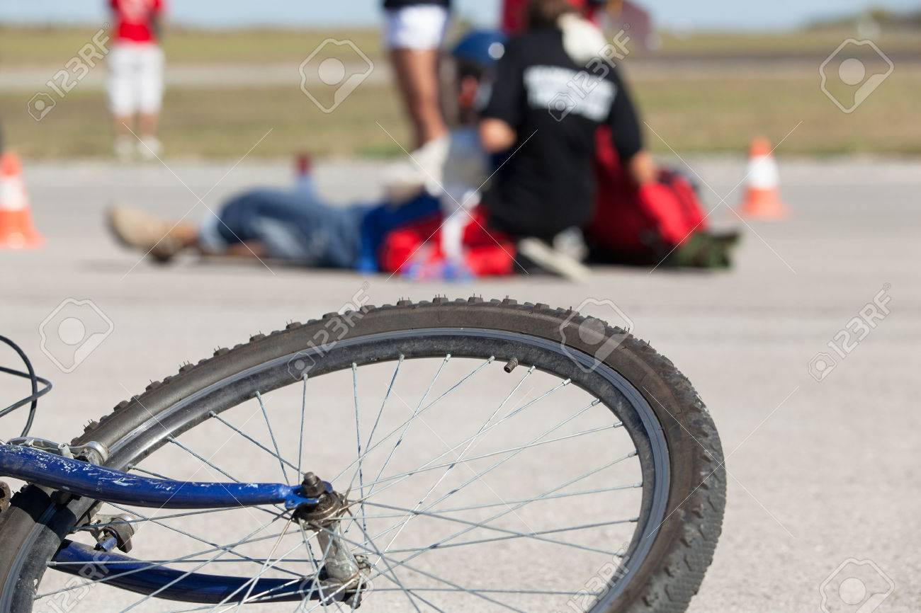 First aid after bike accident - 50559872