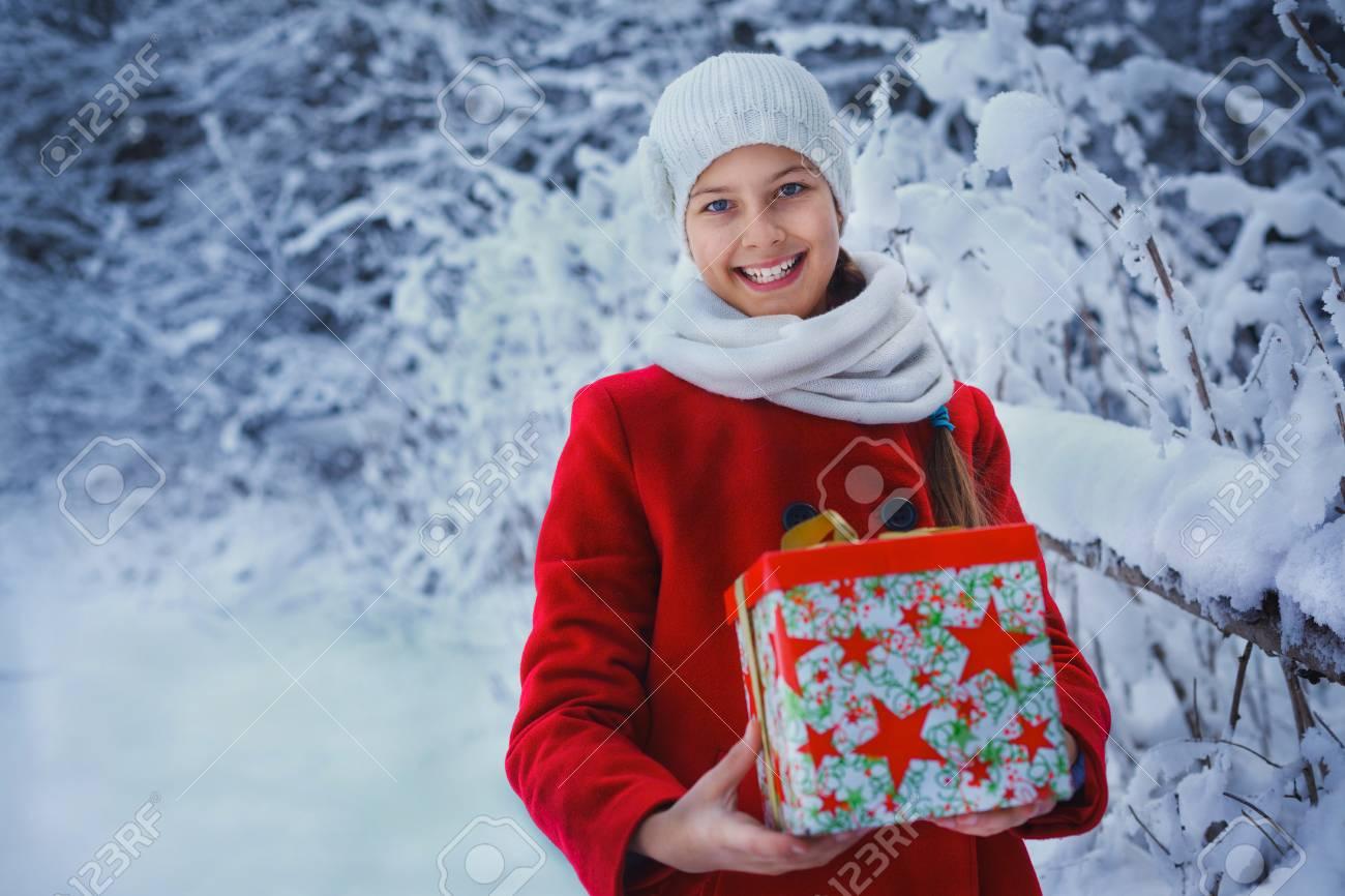 Weihnachten Mädchen Im Freien Porträt. Nette Teenager Mädchen Im ...
