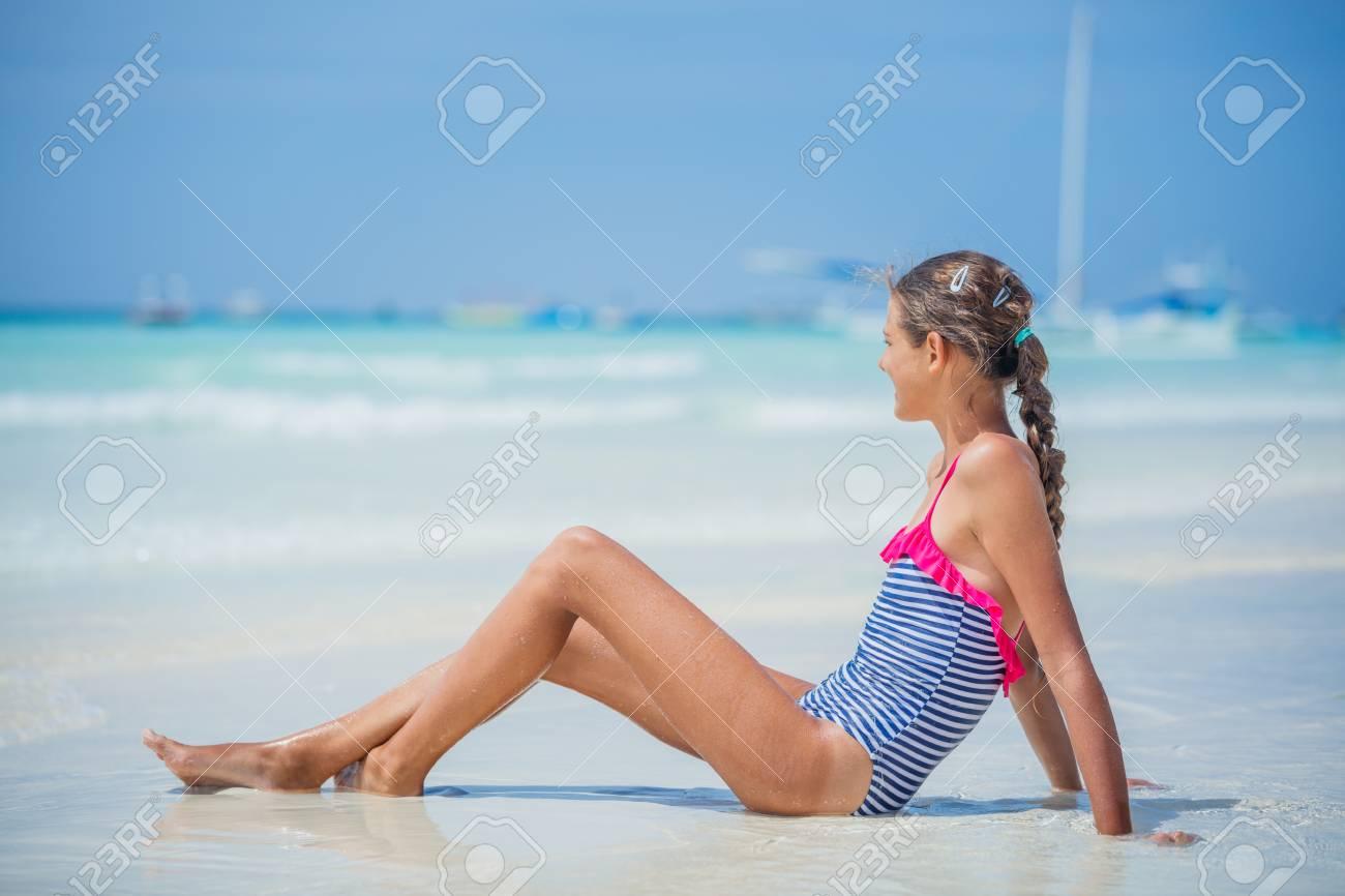Bikini Tumbado Tropical Y Chica La Playa En Divirtiéndose oCexBd