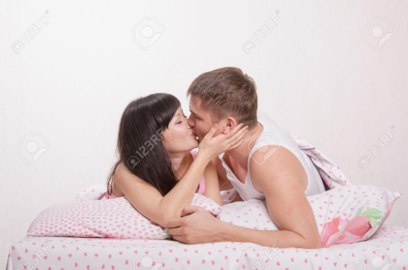 фото красивых девушек поцелуй в постели