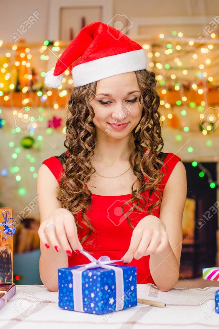 Regali Di Natale Ragazza.Immagini Stock Bella Ragazza Seduta A Un Tavolo Con I Regali Di