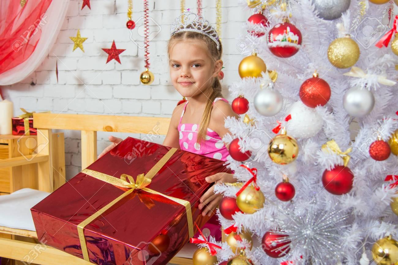 Sechs Jahre Altes Mädchen Im Laden Mit Einem Kleinen Geschenk Von ...