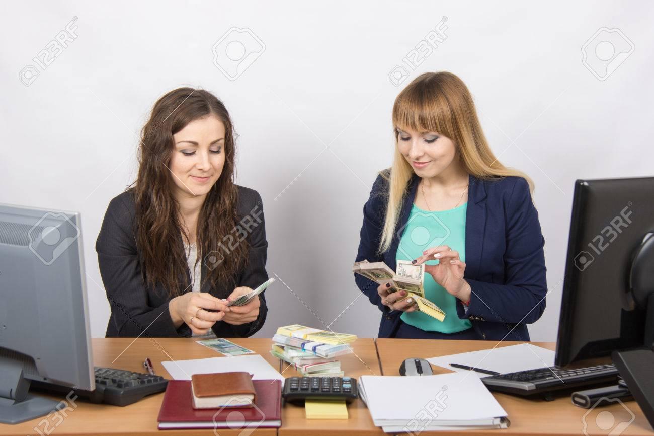 Pour table de bureau deux filles de largent employé de comptage d