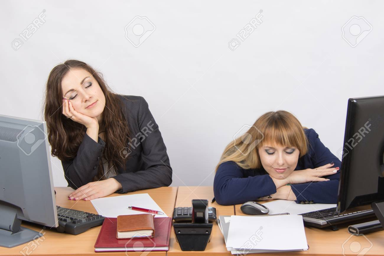 Deux jeunes employés de bureau endormi sur le bureau pour les