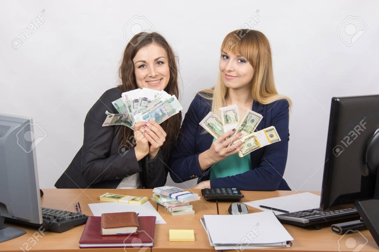 Pour table de bureau deux femmes collaborateurs heureux fan de
