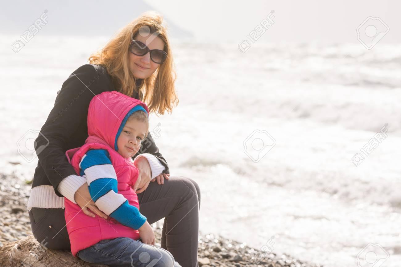 Meine Mutter Und Fünf Jahre Alten Tochter Sitzen Am Strand Und Sah ...