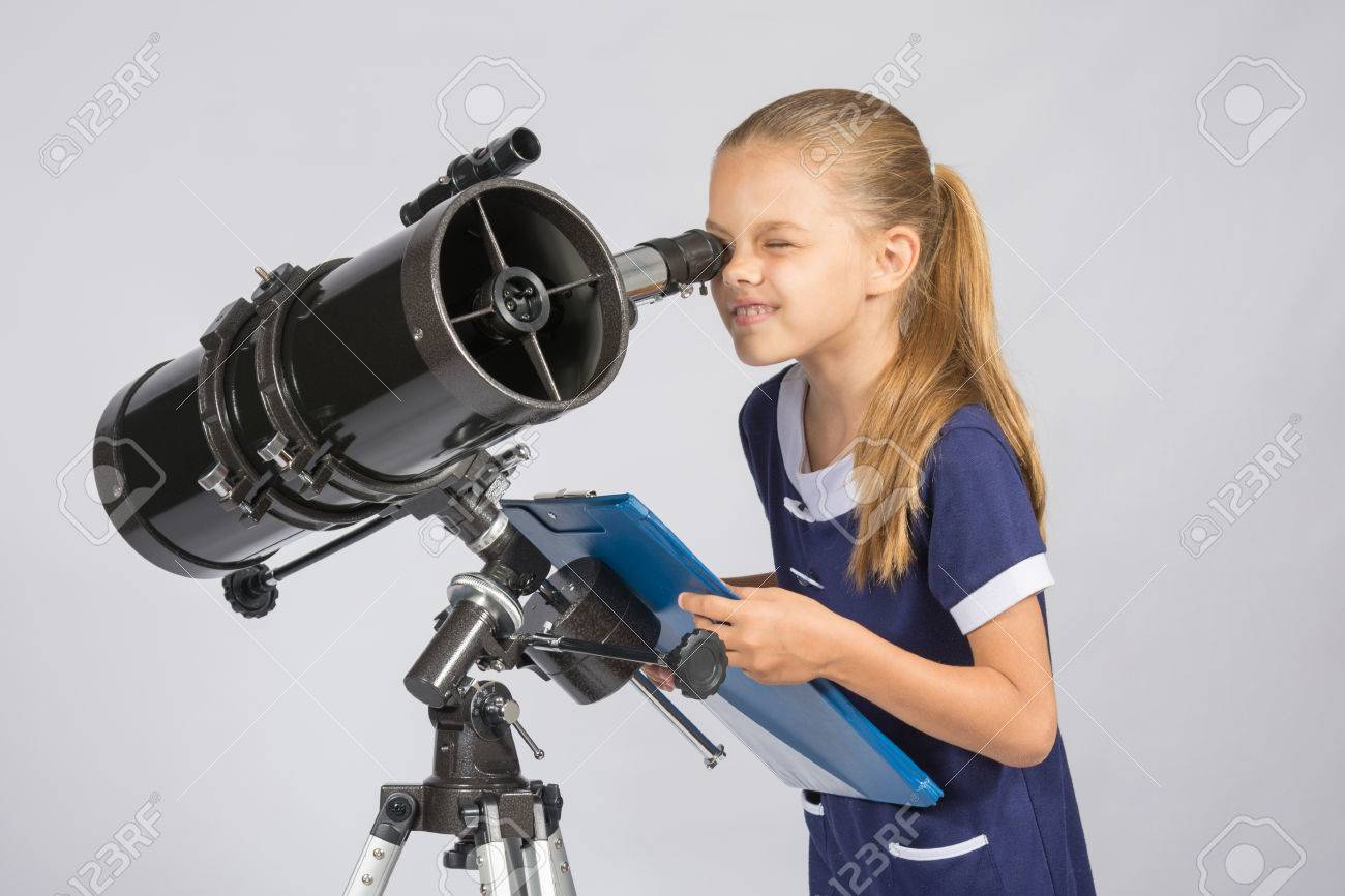Le jeune astronome heureux de regarder à travers les observations d'enregistrement du télescope