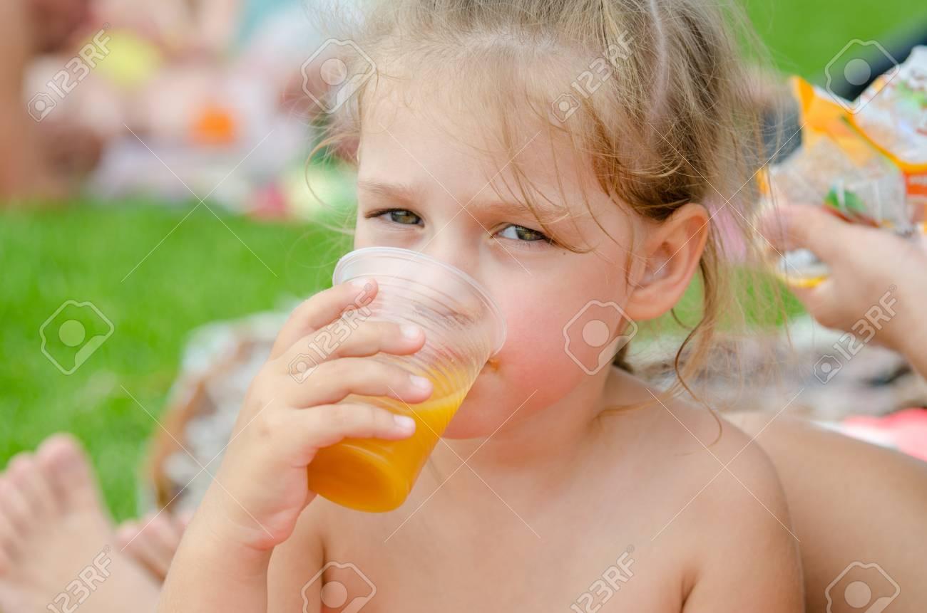 Chica Bebiendo Jugo De Fruta De Un Vaso Desechable De Plástico Y ...
