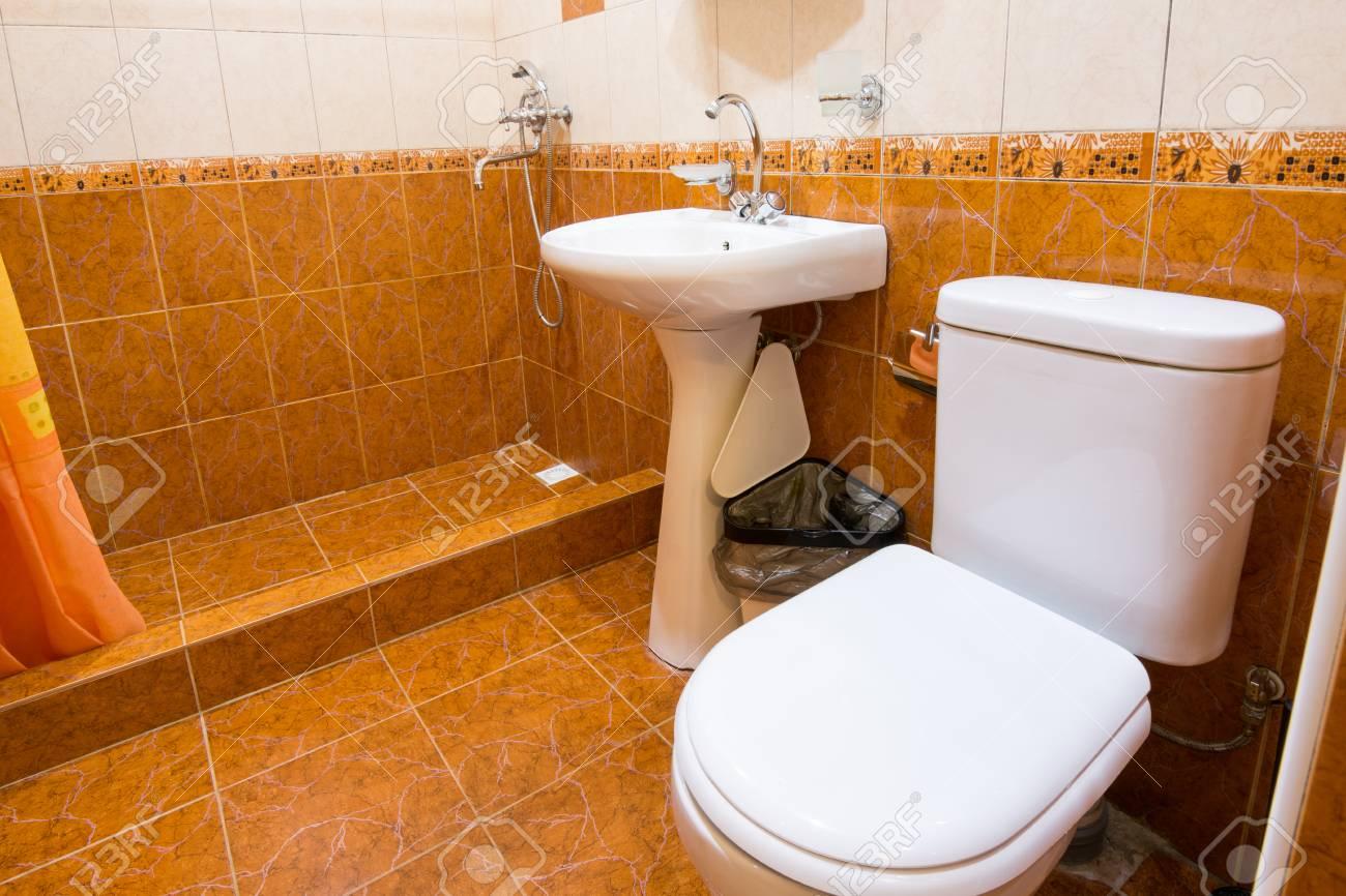 Colonne Murale Salle De Bain Cdiscount ~ salle de bain combin e avec wc dans l h tel douche lavabo et