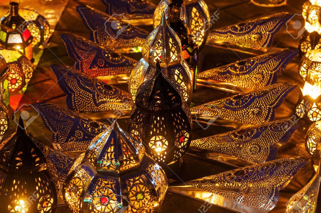 lampade arabi in una fila che illuminano al buio foto royalty free ... - Lampade Arabe Italia