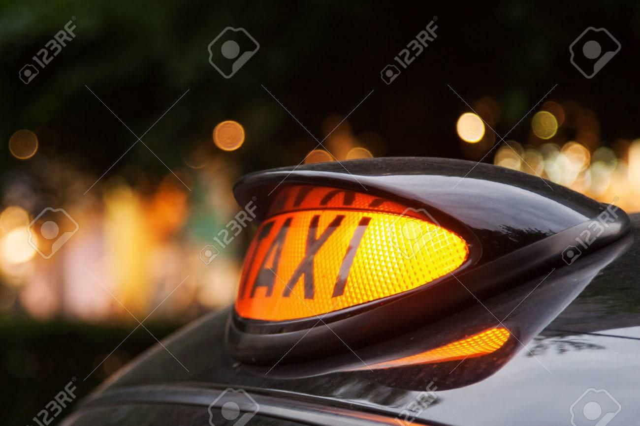 Neon Zeichen Fur Ein Auto London Taxi In Der Nacht Lizenzfreie Fotos