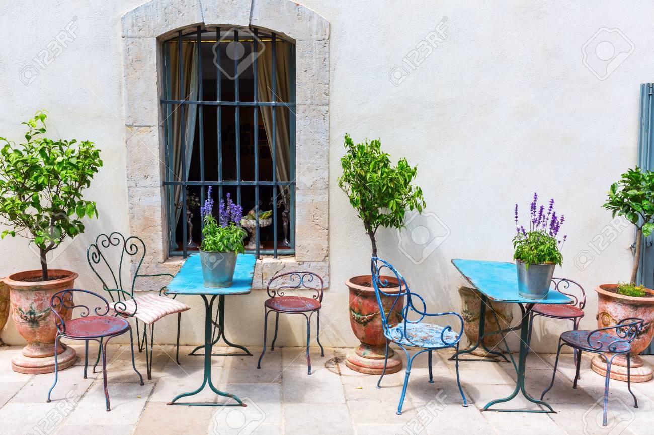 Sedie Depoca : Scena pittoresca con tavoli e sedie depoca in provenza in francia