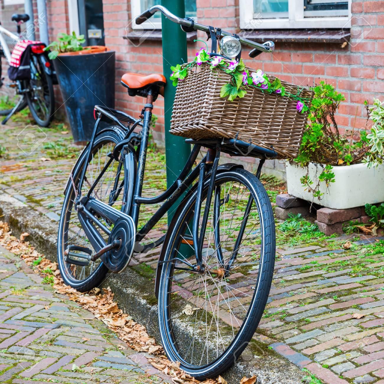 Bicicletta Decorata Con Un Carrello In Una Città Olandese