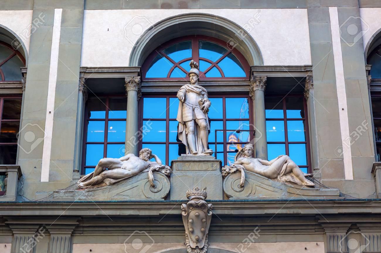Photo De Galerie Exterieur détail extérieur de la galerie des offices à florence, italie