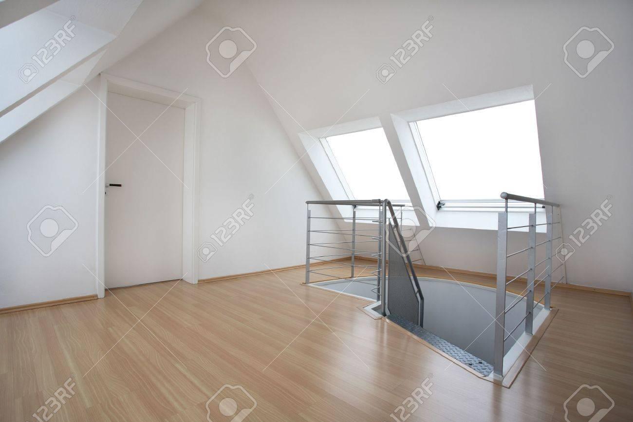 Top Ein Dachboden Wiht Eine Tür Und Treppe Lizenzfreie Fotos, Bilder DK27