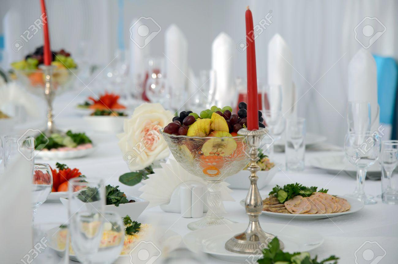 foto de archivo servilletas y los cubiertos sobre manteles blancos decoracin de la vela la mesa de fiesta servicio copas de vino y bebidas mesa del